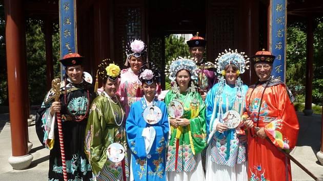 Uhádnete, kde tahle fotografie vznikla? Skupina turistů je oblečena v krojích, které by mohly napovědět, ale stejně byste byli vedle! Je to v čínské zahradě, ovšem v australském Sydney. Foto poslal Pavel Starý z Úštěka a je na něm zcela vpravo.