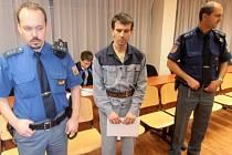 Jaroslav Šípek (uprostřed), obžalovaný z vraždy a obecného ohrožení.