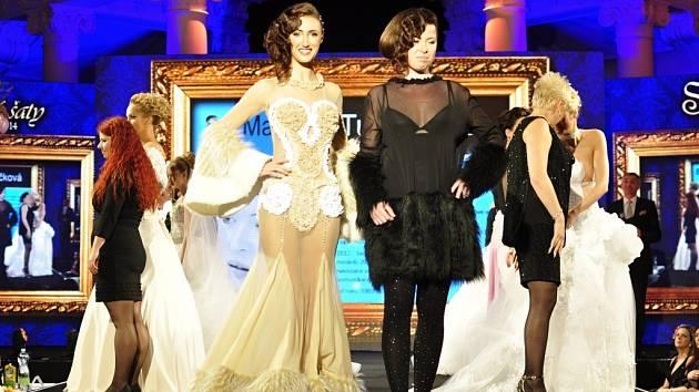 Módní návrhářka Martina Tuháčková (vpravo) a modelka Taťána Makarenko v netradičních šatech značky MaTu od Martiny Tuháčkové.