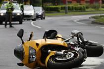 S osobním autem se v úterý dopoledne srazil řidič motocyklu ve Výstupní ulici v Krásném Březně.