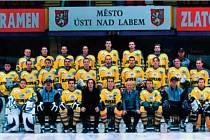 Týmová fotografie hokejistů ze sezóny 2001-2002