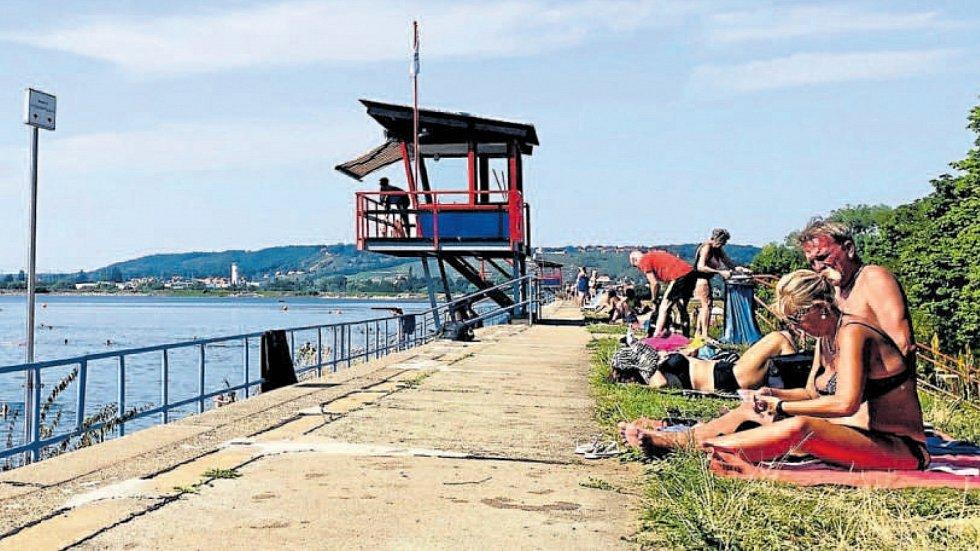 Venkovní koupaliště Cossebaude v německých Drážďanech sousedí s městskou přehradou, na bezpečnost návštěvníků dohlíží plavčíci na stanovištích přímo nad vodou. Vstupné do areálu na celý den je 4 eura.