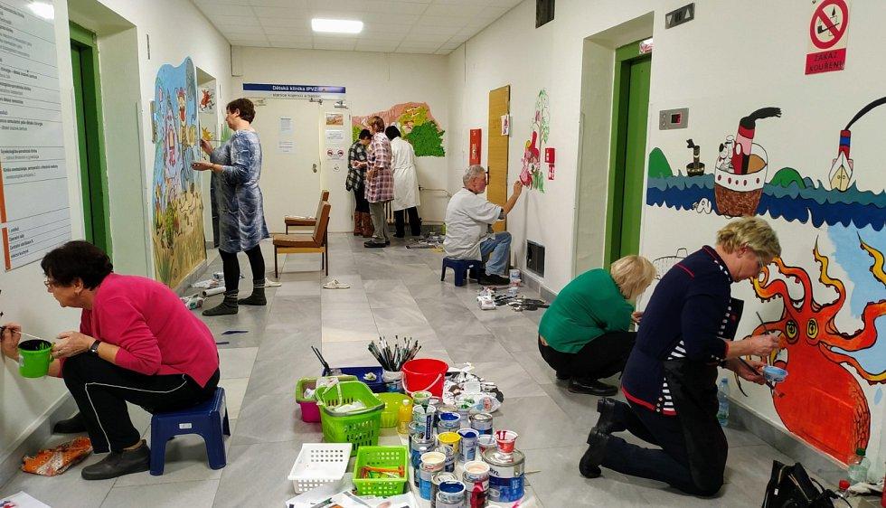 Studenti Univerzity Třetího věku malovali na zdi dětské kliniky ústecké nemocnice