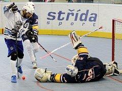 Ústečtí hokejbalisté (tmavé dresy) hrají ve čtvrtfinále s Plzní 2:2 na zápasy.
