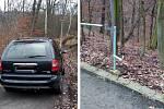 Řidič uvízl s autem v ústecké ulici Na Zákrutu. Aby si při couvání neodřel lak, demontoval zábradlí