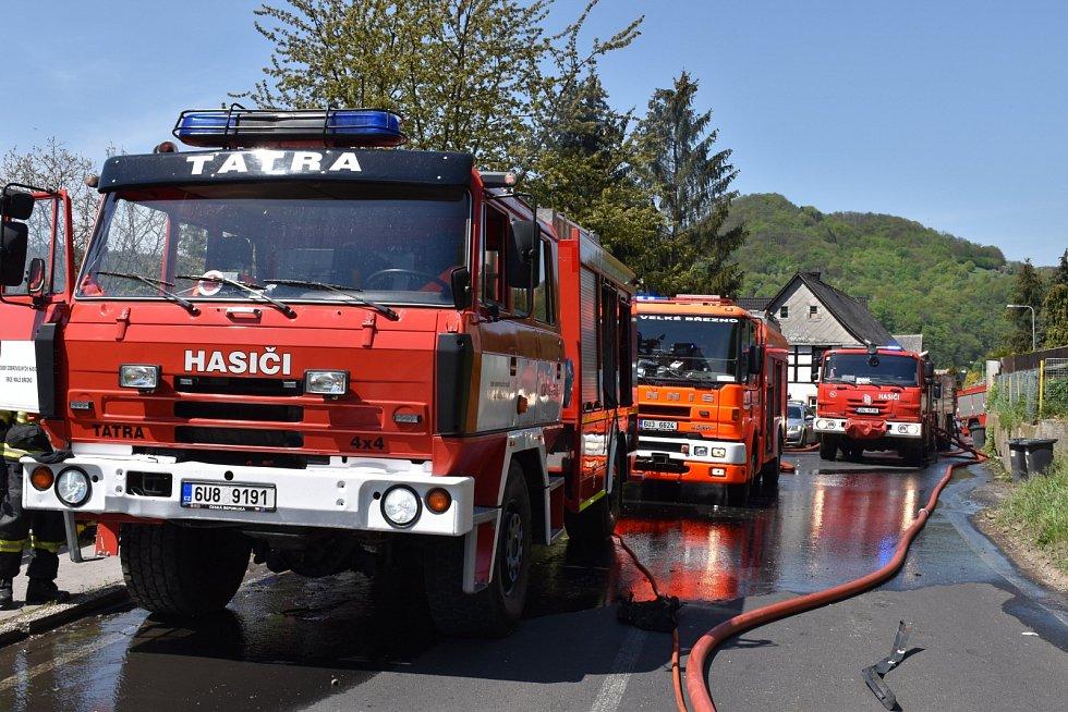 Požár auta s tlakovými lahvemi v Malém Březně