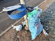 Hory odpadu, jež v průmyslové zóně zůstávají po kamioňácích, vadí místním firmám.