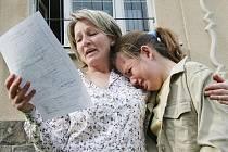 Učitelka speciální školy ve Velkém Březně Pavla Klímová utěšuje svou žákyni Barboru Ippoldtovou, která se u vysvědčení rozplakala.