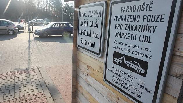 U Lidlu na Stříbrníkách už mohou motoristé parkovat jen hodinu. Za každou další zaplatí, nebo riskují odtah. Obyvatelé okolních sídlišť nemají kde parkovat.