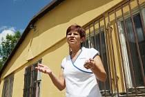 Vierka Jirásková u budovy, kterou chce přestavět na lékárnu a ordinaci praktického lékaře.
