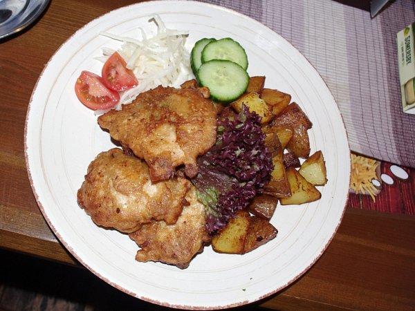 Klatovští rarášci byli vrestauraci Sport Pub Zlatopramen žádaným poledním jídlem. Naložená masa opečená vtěstíčku jsou včeské kuchyni vyhledávaná.