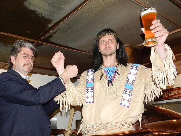 Pivo Karla Maye pokřtil Vinnetou (vpravo) a sám světoznámý spisovatel Karel May.