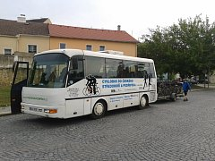 Každý víkend vyráží cyklobus třeba do Kletečné, Mukařova, na Kokořínsko a k Máchovu jezeru až do 7. září.