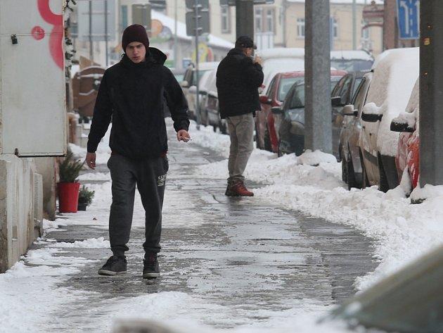Řidiče a chodce sníh potrápil.