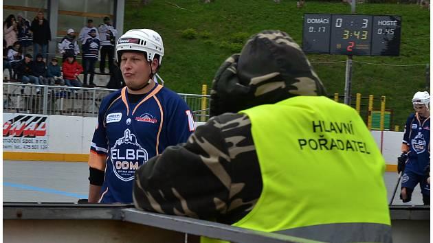 Hokejbalisté Elby Ústí nad Labem (v tmavém) podlehli ve 3. čtvrtfinále extraligy Kladnu 1:5. Foto: Miroslav Vlach
