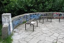 Park za Domem kultury: Počmáraný altánek.