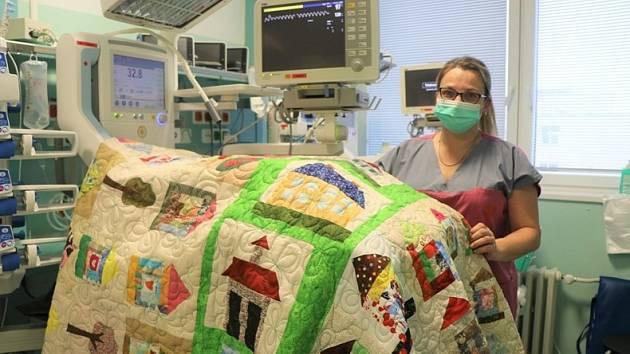 Ústecká nemocnice dostala nové patchworkové deky