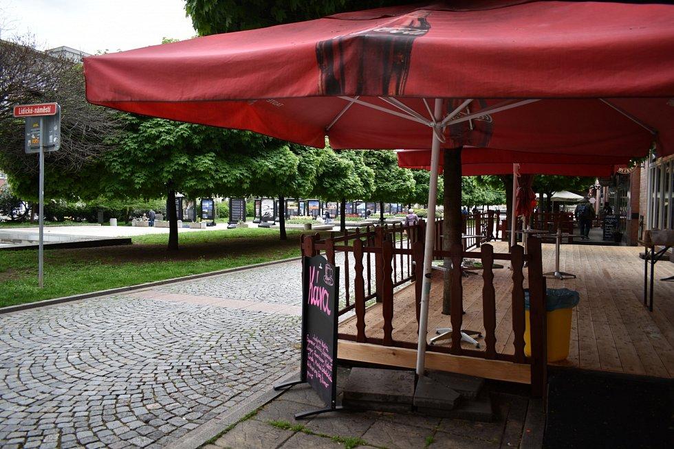 Příjemnou atmosféru na Lidickém náměstí má Restaurace ve Střední Evropě.