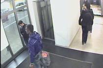 Policisté pátrají po neznámém pachateli, který kradl v OC Forum.