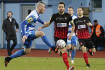 Ústečtí fotbalisté (bílo-modří) doma prohráli s Opavou
