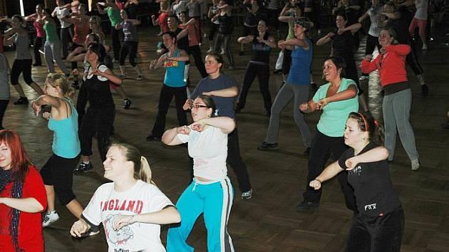 Zumba fitness maraton v sále Domu kultury.