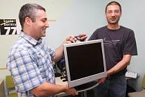Šest počítačů převzali zdravotně postižení Ústečané. Budou je moci využít ke snadnějšímu shánění práce nebo k udržení své počítačové gramotnosti, kterou získali v povinném přípravném kurzu.