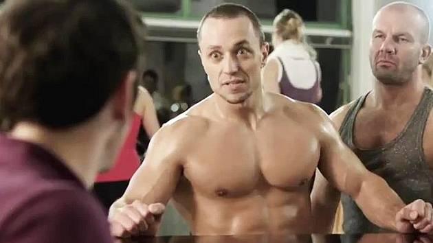 Ústečan František Bartoš (uprostřed) v reklamě mrká svými  prsními svaly na herce Vojtu Kotka (zády).