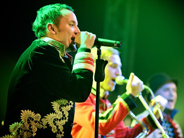 Z TV seriálu Cirkus Humberto si kapela UDG půjčila kostýmy pro svoji show.
