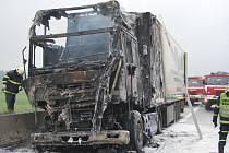 Na dálnici D8 hořel kamion s pečivem.