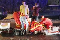 Osobní automobil srazil chodce u zimního stadionu.