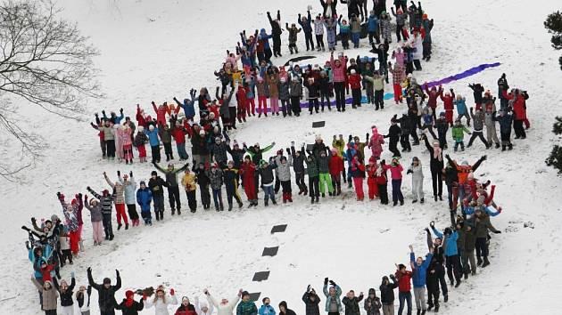 Děti postavily sněhuláka z vlastních těl.