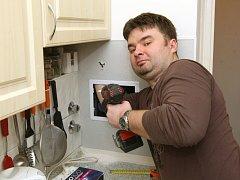 """Pomocníka v domácnosti, který zastane kutilské práce od smontování skříňky, přes vymalování, až po položení dlažby si nenajímají jen ženy, které žijí samy. Zákazníky jsou i rodiny, v nichž ten """"pravý"""" manžel třeba nestíhá."""