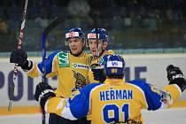 Slovenský útočník Martin Šagát (vlevo) se se svými spoluhráči raduje z branky v síti soupeře.