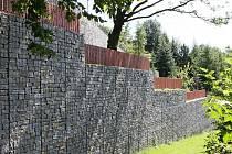 Zeď kolem sídla  Patrika Oulického v obci Moravany.