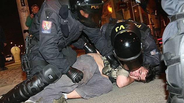 Výbuchy a chaos: Situace v krajské metropoli při pochodu neonacistů.