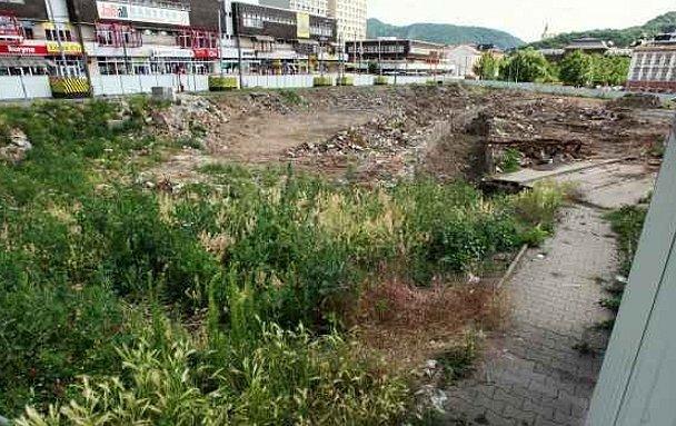 Místo nového kongresového centra, bytů a správních místností na pozemku před kinem Hraničář roste jenom plevel.