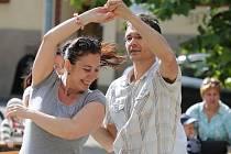 Pouliční tančírna před Hraničářem. Archivní foto