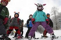 Lyžovat se v těchto dnech v zimním středisku Telnice učí i sedmnáct dětí z Mateřské školy Skřivánek.