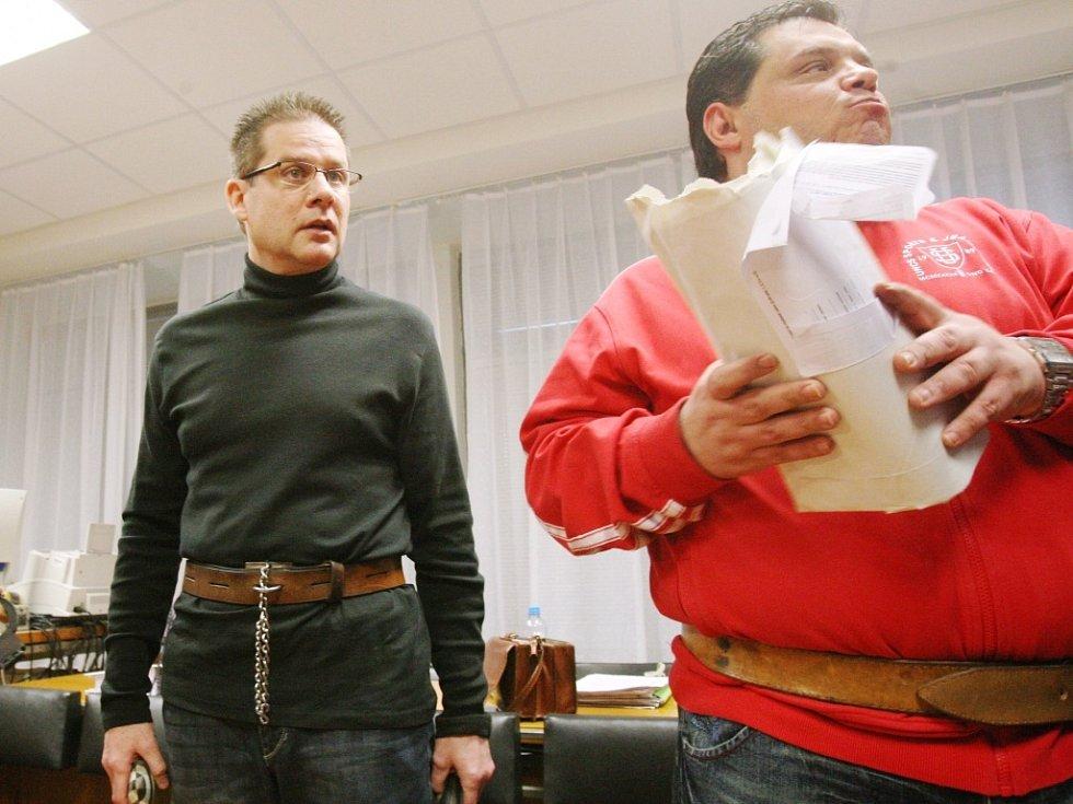 Hvězdou justiční show kolem dotačních podvodů byl Petr Kušnierz, bývalý ředitel Úřadu Regionální rady regionu soudržnosti Severozápad (vlevo). S několika komplici byl uznán vinným.