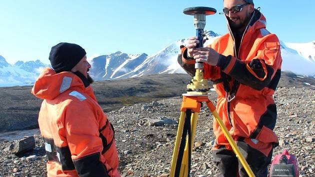 Instalace bodu GPS v hornsundské zátoce.