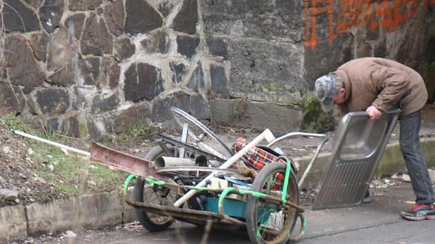 Sběrači kovů se přizpůsobují nové situaci. Ilustrační foto.