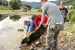 Dobrovolníci se vrhli do koryta Labe, aby ho vyčistili od nepořádku.