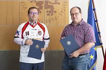 Podpis smlouvy - rektor UJEP Martin Balej (vlevo) a předseda spolku florbalistů Vladimír Štork.