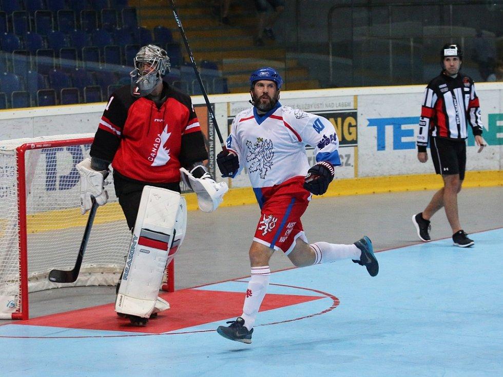 Utkání hokejbalistů České republiky (v bílém) proti Kanadě