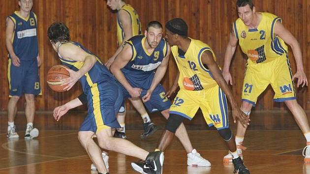 Ústečtí basketbalisté (žluté dresy) doma porazili Opavu B 75:68.