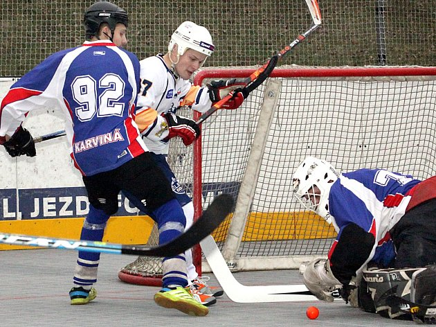 Hokejbalisté Elby DDM (bílí) porazili Karvinou 5:1.