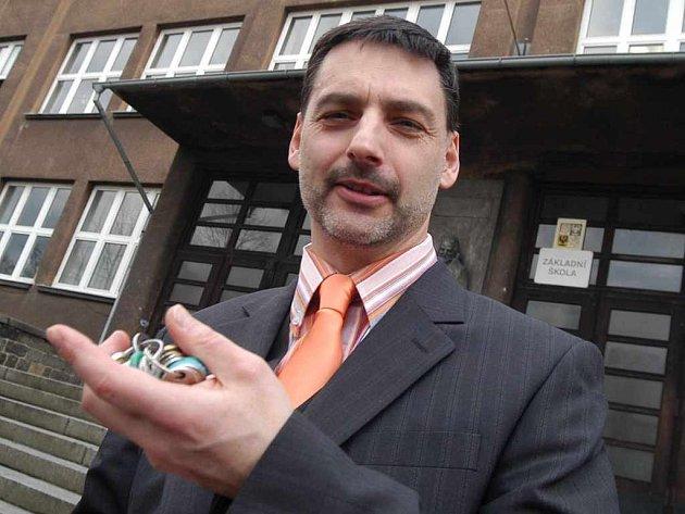 ŘeditelPavel Ťupek před budovou Základní školy na Střekově