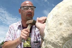 Na každoročním mezinárodním sochařském sympoziu ve vejprtské galerii H si fotoreportér Deníku vyzkoušel, jakého úsilí je potřeba, aby se obyčený kámen změnil v sochu.