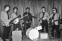 S Beatles. Bubeník Peter Randolph Best (uprostřed) byl v roce 1962 z Brouků nejoblíbenější.