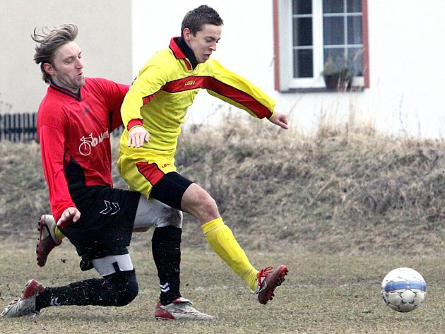 Fotbalisté Skorotic (žluté dresy) porazili doma Tisou po boji 3:2.